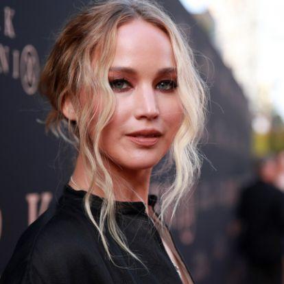 Jennifer Lawrence melltartóba rejtett mikrofonnal kémkedik
