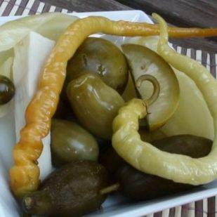 12 házi savanyúság és saláta rántott hús mellé