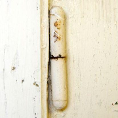 Ha lóg az ajtó...