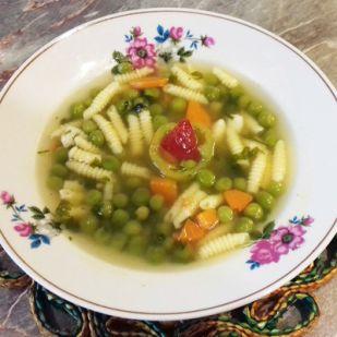 Zsenge zöldborsó leves csigatésztával