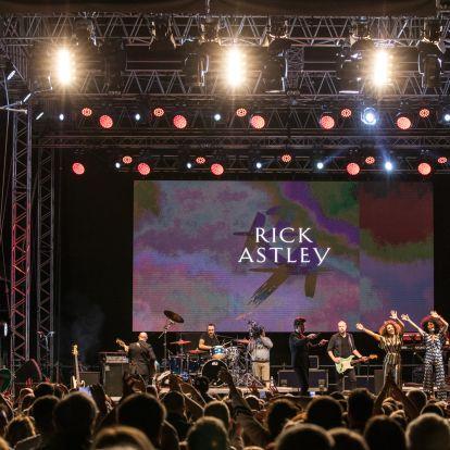 Rick Astley megmutatta: ilyen egy igazán jó retro koncert