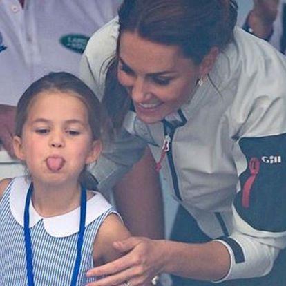 Charlotte hercegnő kinyújtotta a nyelvét a tömegnek egy nyilvános eseményen