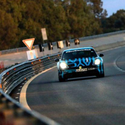 """Sikeresen teljesített egy 24 órás """"versenyt"""" a Porsche Taycan"""