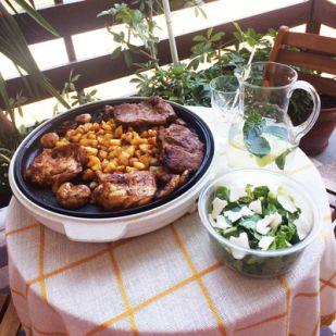 Grilltál tárkonyos balzsamecetes salátával