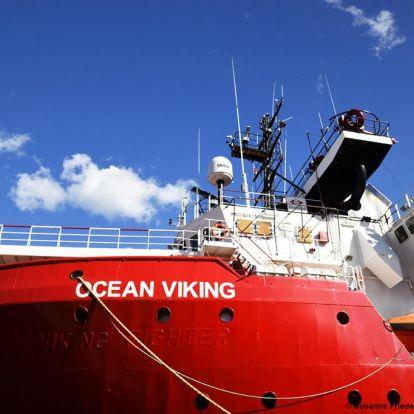 Partra szállítják Máltán az Ocean Viking hajón rekedt migránsokat