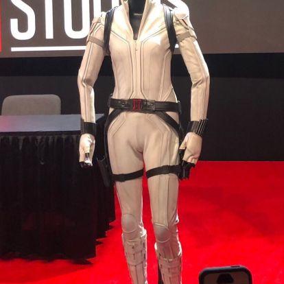[D23] Fekete Özvegy új fehér ruhában lendül akcióba, de beszólnak neki a jól ismert beállása miatt