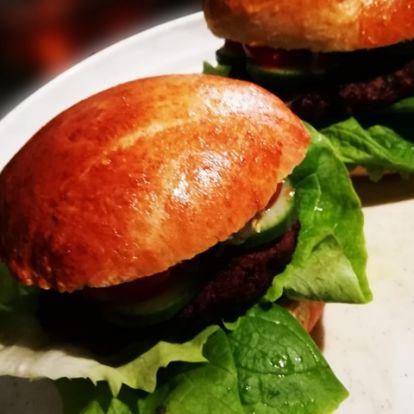 Hamburger házi zsemlével és húspogácsával