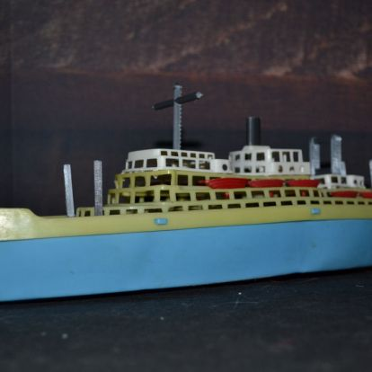 Guruló műanyag hajó