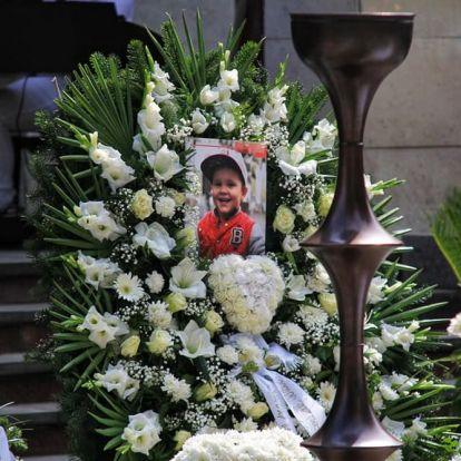 Teljesen összetört L.L. Junior és volt párja a kisfiuk temetésén – hatalmas tömeg gyűlt össze a búcsúztatóra