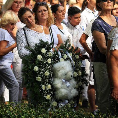 Néma csöndben búcsúztatta a tömeg L.L. Junior kisfiát a temetésen – videó a helyszínről