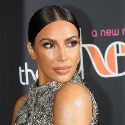 Ebből a frizurából nagy divat lesz: Kim Kardashian visszahozta a 90-es évek szexi trendjét