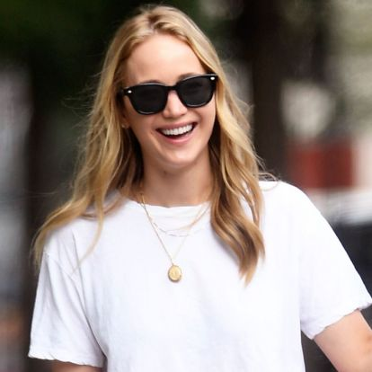 Jennifer Lawrence made a white tee and sneakers look extremely beautiful 2019