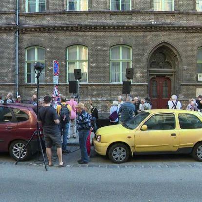 Tüntetés a Práter utcában