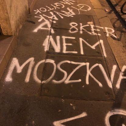 A józsefvárosi ellenzéki jelölt emberei éjjel megrongálták a helyi Fidesz-iroda környezetét