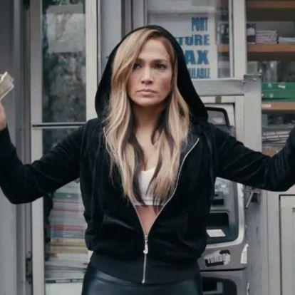Hasig dekoltált ruhát vett fel a kifutón Jennifer Lopez, ugyanúgy, mint 20 éve