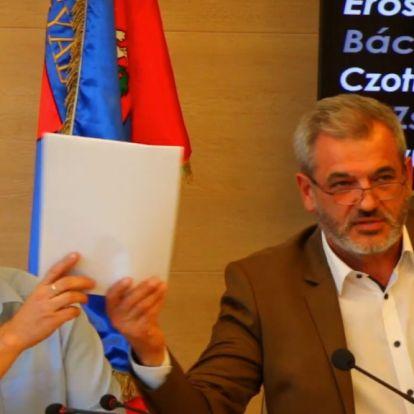 Videón, ahogy lesöpri a gyáli polgármester az Elios-ügyben gyűjtött aláírásokat