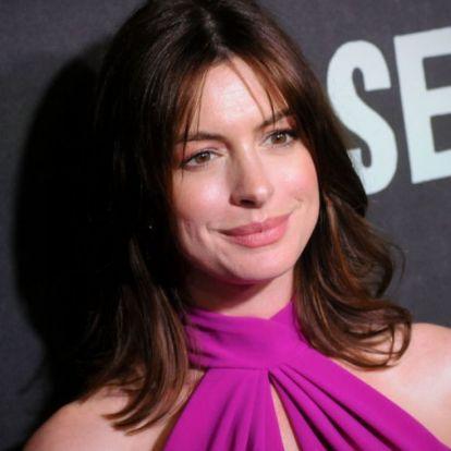 Csodálatos ruhában jelent meg premierjén a terhes Anne Hathaway