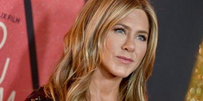 Egy szál pulcsiban pózol sejtelmesen az 50 éves színésznő