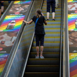 Megbírságolták a Coca-Colát a homoszexuális tartalmú reklámkampánya miatt