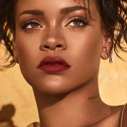 Rihanna új sminkjét lassított felvételes melldörzsöléssel reklámozza