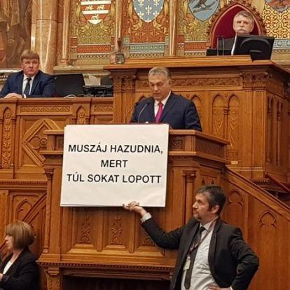 Kellemetlen közjáték a parlamentben: Orbán ki akart tépni Hadházy kezéből egy táblát
