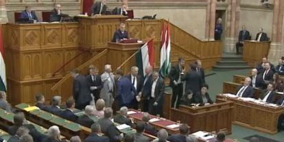 Kicsin múlott, hogy nem ütöttek a fideszesek a parlamentben