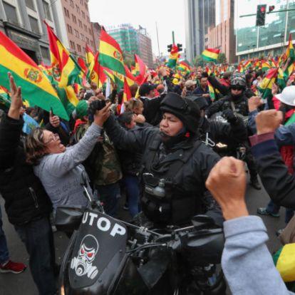 Győztek a tüntetők, lemond a bolíviai elnök