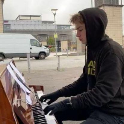 Addig zongorázta ugyanazt a Queen-számot, amíg lefagytak az ujjai