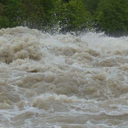Állatvédőket sodort el a megáradt folyó Nagyrőcén, egy holttestet már találtak