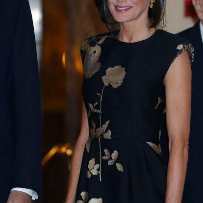 La reina Letizia acierta con un vestido de flores y un falso corte bob