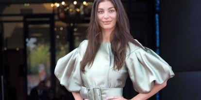 Hola Camila Morrone, adiós novia de Leonardo Dicaprio: la estrategia tras el cambio de estilo de la modelo