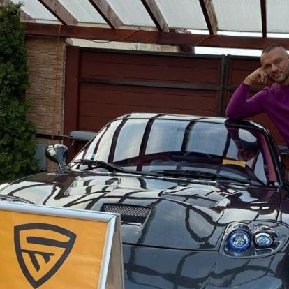 Gáspár Lacinak az udvarában mossa egy cég az autóját