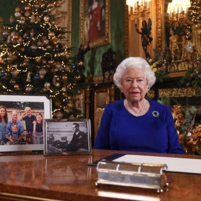 Ezért nem szerepelt Harry hercegék portréja II. Erzsébet asztalán