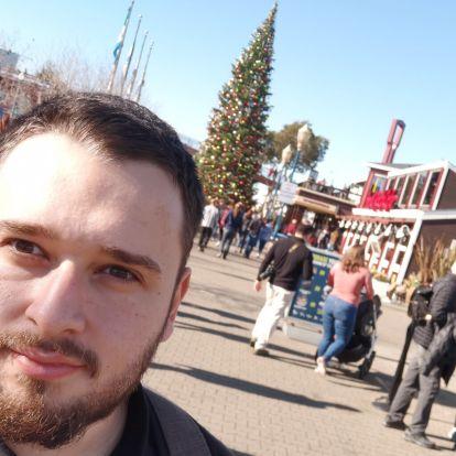 CES blog: Egy szál pólóban a karácsonyfa alatt