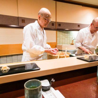 94 éves, már nincs Michelin-csillaga, de kitart a világ leghíresebb szusiséfje