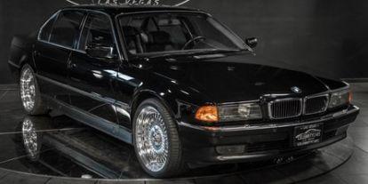 Eladó a 7-es BMW, amelyben lelőtték Tupacet