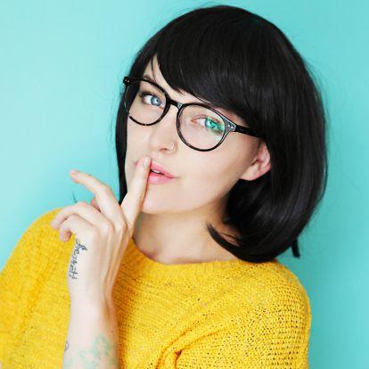 Szemüveges vagy? Így készítsd el a frizurádat, hogy kiemeld a tekinteted