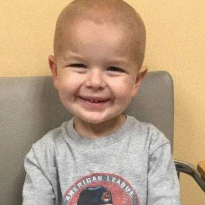 6 évesen túl a legnehezebben! Hősként fogadták a kemoterápiáról visszatérő kisfiút az iskolában
