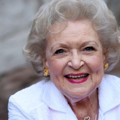 Sandra Bullock és Ryan Reynolds szerenáddal köszöntötték a 98 éves Betty White-ot