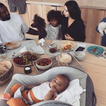 Kim Kardashian étkezőasztala akkora, hogy a fia babahordozóval együtt csak asztaldísznek tűnik rajta