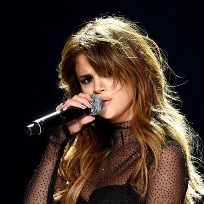 Elő a nagyítókat! Selena Gomez ruhájától még Hailey Bieber is ki fog akadni