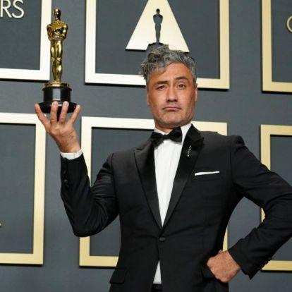 Mit kezdenek a díjasok az Oscarjukkal a gála alatt? Taika Waititi viccből berakta a szék alá