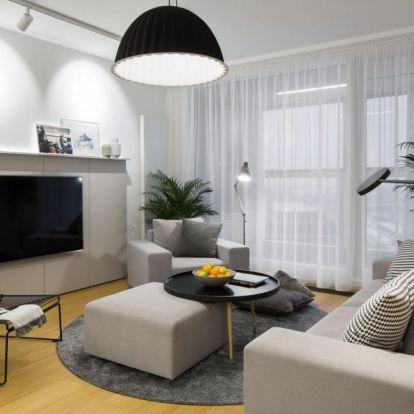 Tükör konyha front, egyedi TV fal, széles fa tolóajtó – az eredeti elrendezés gyengeségeinek javítása 59m2-en
