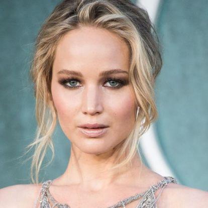 Betörtek Jennifer Lawrence-hez, miközben otthon volt