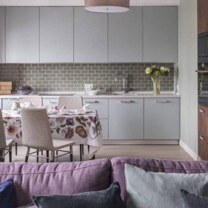 Visszafogott, nyugodt színek középkorú házaspár háromszobás lakásában – lila, zöld, szürke, kék és mintás tapéták
