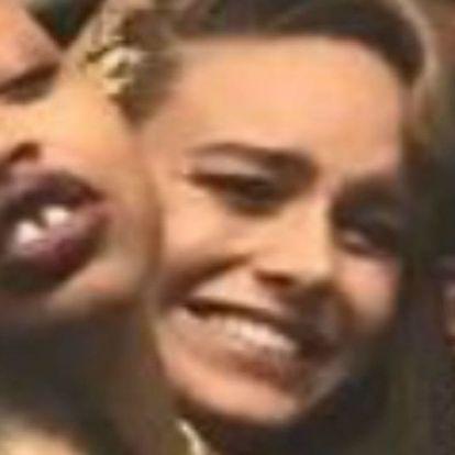 Brie Larson csak kezet akart mosni, aztán ott találta magát egy Kardashian szelfin