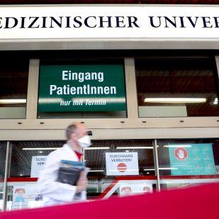 """""""Magyarországon kívül megbecsülnek"""" – Lang György végezte Bécsben a világ első tüdőátültetését aktív vírusfertőzött betegen"""