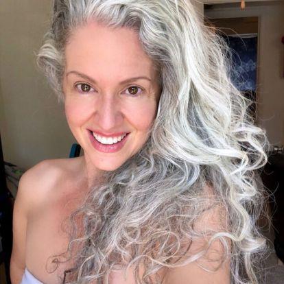 Vagányak és magabiztosak az ősz hajú nők