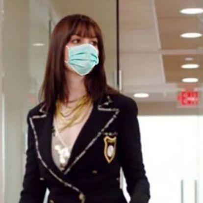 Anne Hathaway egy Az ördög Pradát visel-mémmel jelzi, hogy még tart a járvány