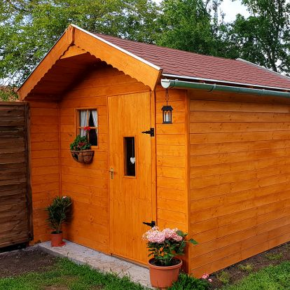 Fából készült dekoratív kerti tároló: így készült